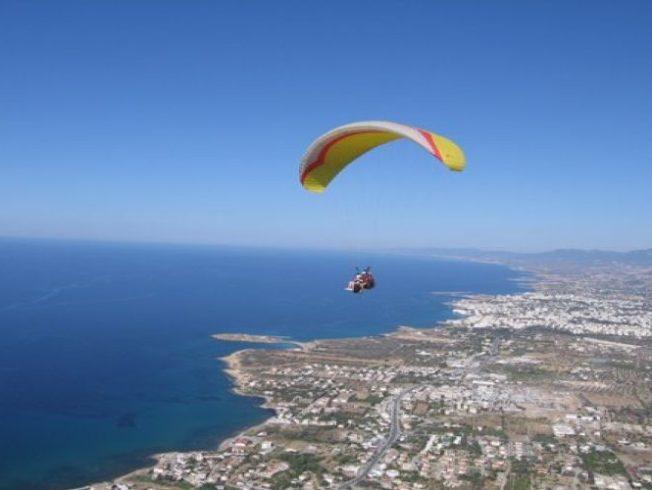 Paragliding_pensionar_norra_cypern_sthilarion