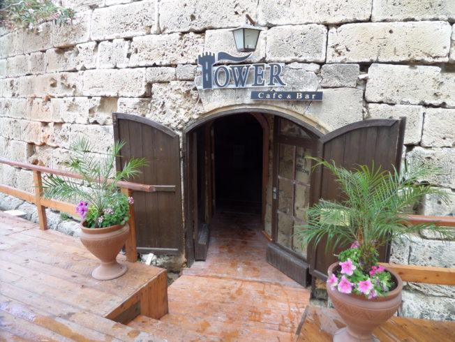 tunnel_bord_restaurang_tower_girne_hamn_kyrenia_norra_cypern_man_palmer