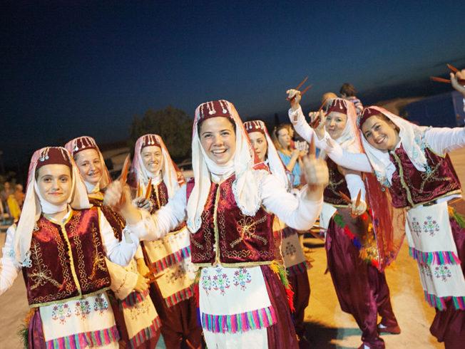 Norra_Cypern_aprikosfestival_folk_dans_kvinnor_glada